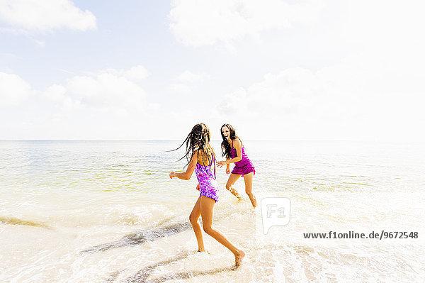 Fröhlichkeit Strand Mädchen