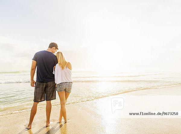 stehend Strand Sand Rückansicht Ansicht jung Seitenansicht