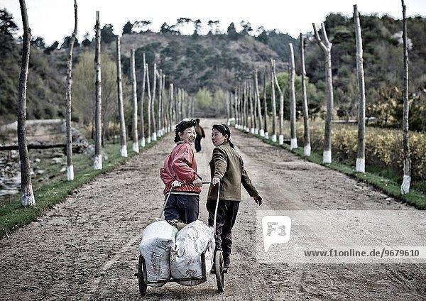 Frau ziehen Dorf Nordkorea