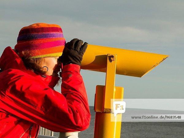 Frau Winter Kleidung britisch Steilküste Meer hoch oben hinaussehen Yorkshire and the Humber