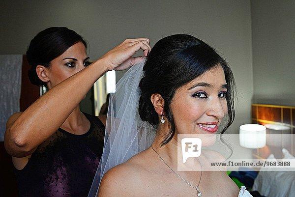 Braut Hochzeit Anprobe Hilfe Schleier