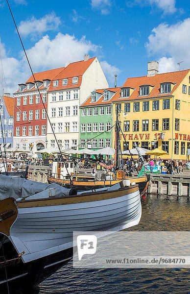 Farbaufnahme Farbe Wohnhaus Tourist Boot Wahrzeichen Dänemark Kopenhagen Hauptstadt Nyhavn