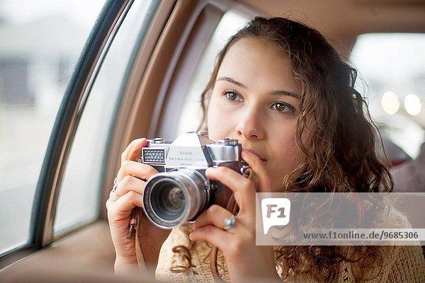 junge Frau junge Frauen Portrait halten