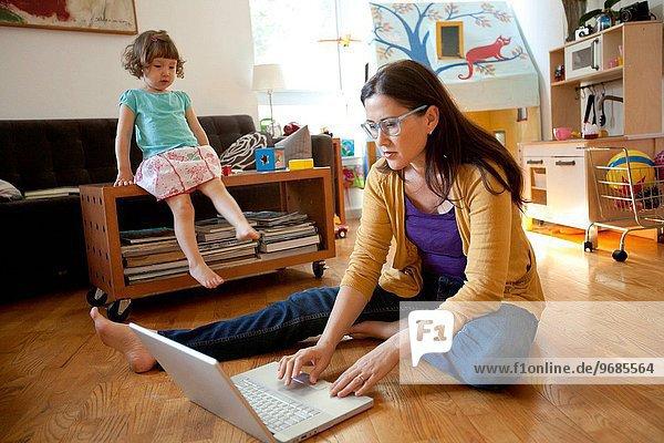 Zusammenhalt Zimmer Tochter Wohnzimmer Mutter - Mensch
