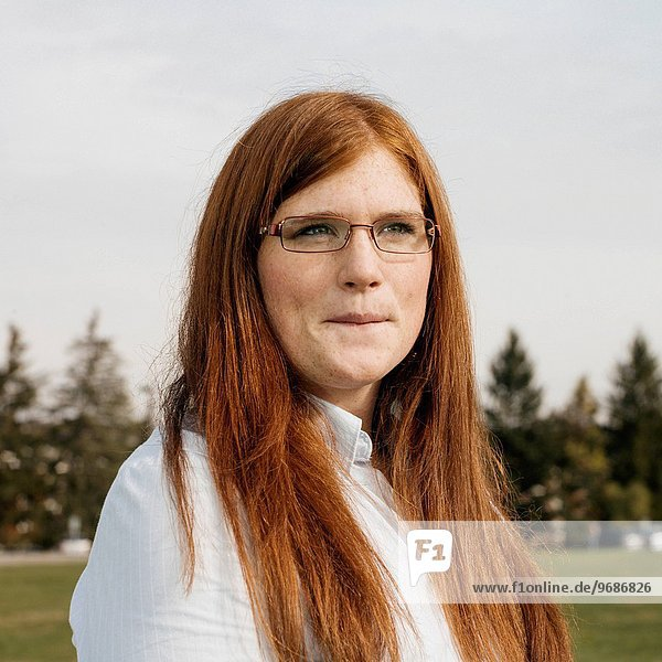 junge Frau junge Frauen Portrait Ingwer Haar