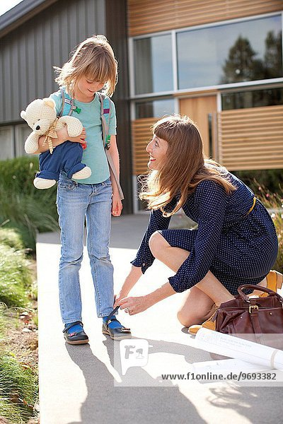 Wohnhaus frontal Tochter Mutter - Mensch modern