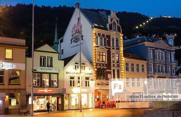Farbaufnahme Farbe Landschaftlich schön landschaftlich reizvoll Nacht Gebäude Stadt Tourist Architektur Norwegen Zimmer Bergen alt