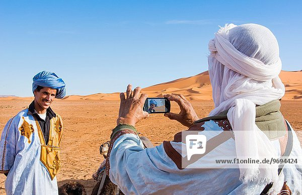 Handy Mann nehmen Wüste Sand Sahara Zimmer Düne Freund