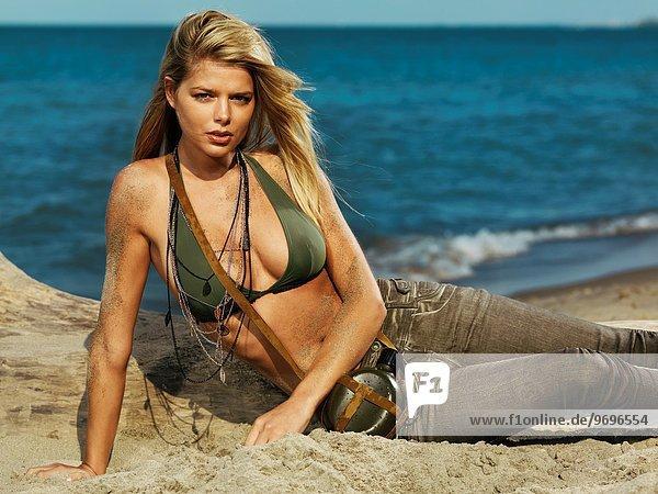 blond Frau Lifestyle Schönheit Strand Bikini Kleidung Sand Jeans jung Militär