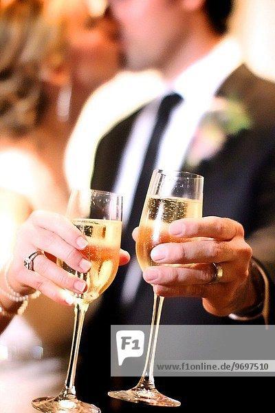 Tag Braut Bräutigam Hochzeit küssen zuprosten anstoßen Champagner