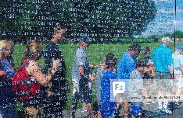 Einkaufszentrum Wand Spiegelung Tourist Wahrzeichen Soldat Liste Washington DC Hauptstadt Vietnam