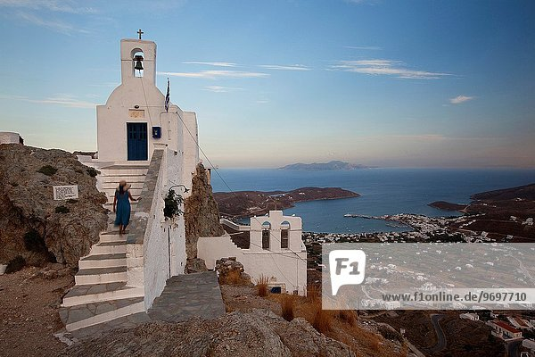 Stufe hoch oben Europa Frau Kirche Kykladen klettern Griechenland Griechische Inseln