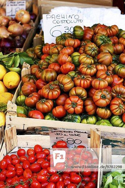 Verschiedene Tomaten in Steigen auf dem Markt