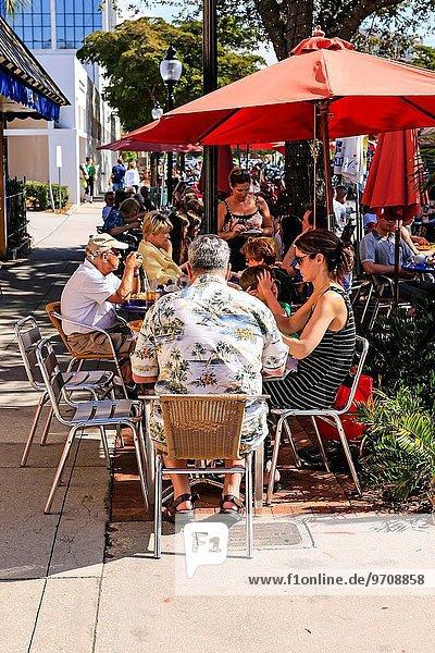 Winter Fröhlichkeit Mensch Sonnenstrahl Menschen Cafe essen essend isst Florida Freske