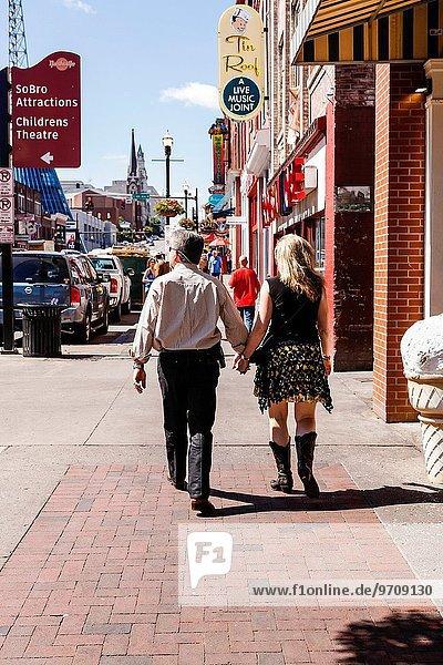 Frau gehen Stiefel Kleidung vorwärts Broadway Cowboy