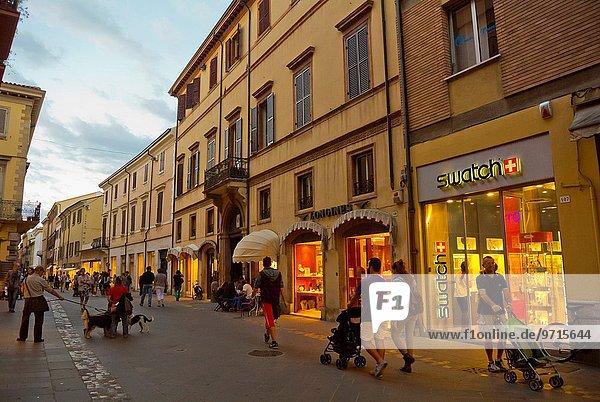 zwischen inmitten mitten Straße Quadrat Quadrate quadratisch quadratisches quadratischer 2 Fußgänger Italien