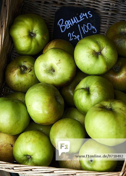 Grüne Bramley-Äpfel im Korb