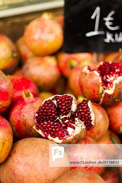 Frische Granatäpfel auf dem Markt