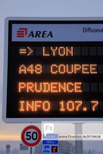 zwischen inmitten mitten Richtung schneiden Eis Bundesstraße Zimmer Grenoble Lyon Rhone Alpes Schnee Straßenverkehr