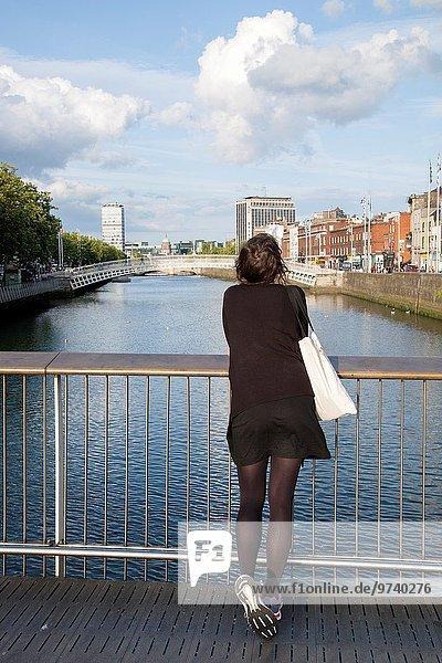 junge Frau junge Frauen Dublin Hauptstadt sehen Brücke Jahrtausend Irland Penny