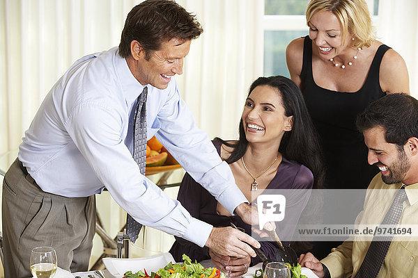 Abendessen Mann Freundschaft geben Party Salat