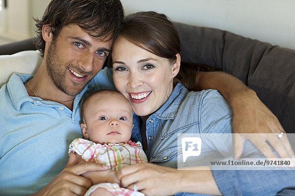 Europäer Fröhlichkeit Menschliche Eltern halten Tochter Baby