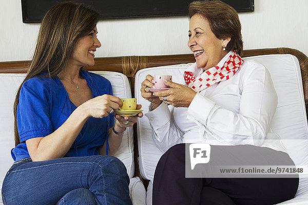 Zusammenhalt Hispanier trinken Kaffee Tochter Mutter - Mensch