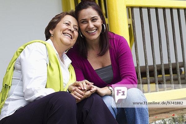 Stufe sitzend Zusammenhalt Hispanier Tochter Mutter - Mensch