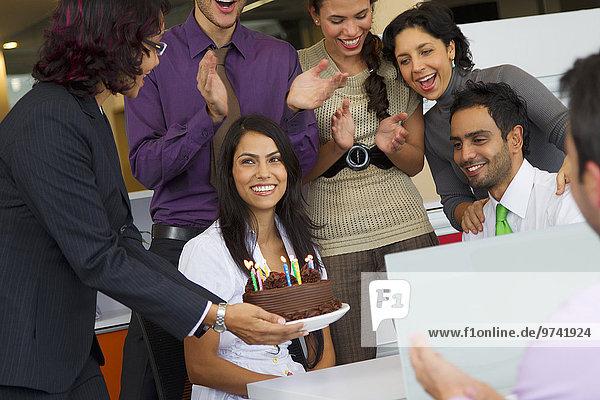Geschäftsfrau Hispanier Überraschung Geburtstag Kuchen
