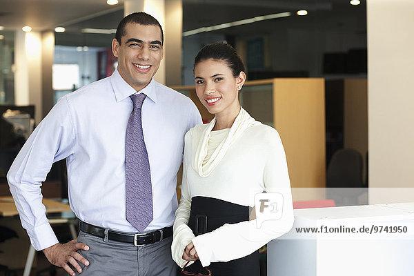 Mensch Büro Menschen lächeln Hispanier Business
