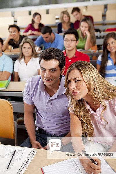 sitzend Hispanier Klassenzimmer Student Hochschule
