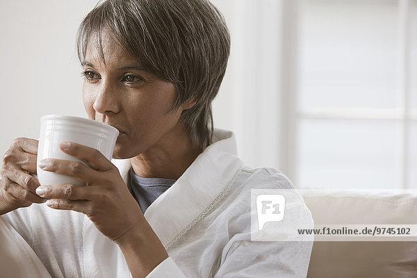 Frau amerikanisch trinken Kaffee Ethnisches Erscheinungsbild