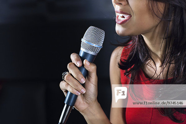 Frau mischen Gesang Nachtklub Karaoke Mixed