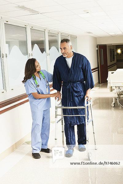 Patientin benutzen Hilfe Krankenhaus wandern Krankenschwester Schwester Schwestern
