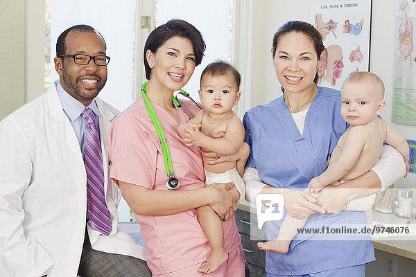 Arzt halten Büro Pflegepersonal Pfleger