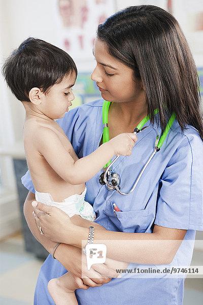 halten Indianer Büro Arzt Baby