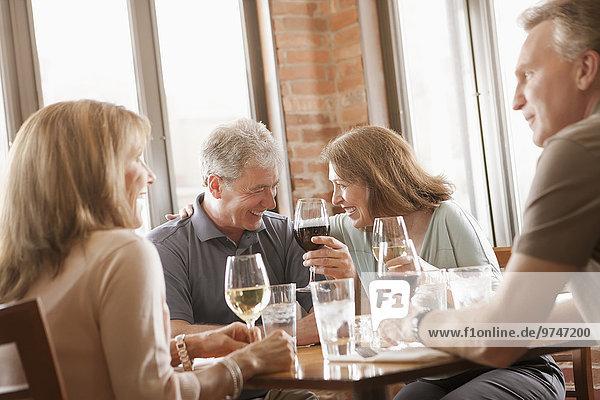 Europäer Freundschaft Wein Restaurant trinken