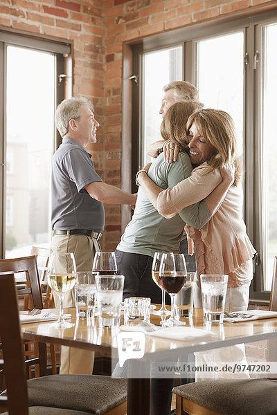 Europäer Freundschaft umarmen Restaurant