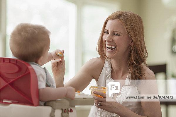 Europäer Sohn Mutter - Mensch füttern