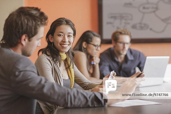 Geschäftsfrau lächeln mischen Besuch Treffen trifft Mixed