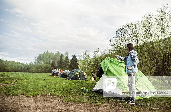 Europäer Zelt Feld zusammenbauen camping