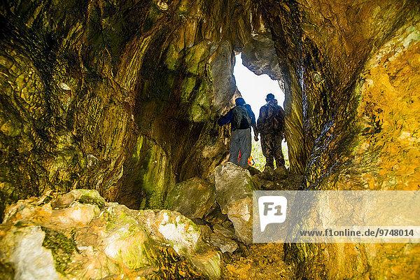 Felsbrocken Europäer Mann Forschung Anordnung Höhle