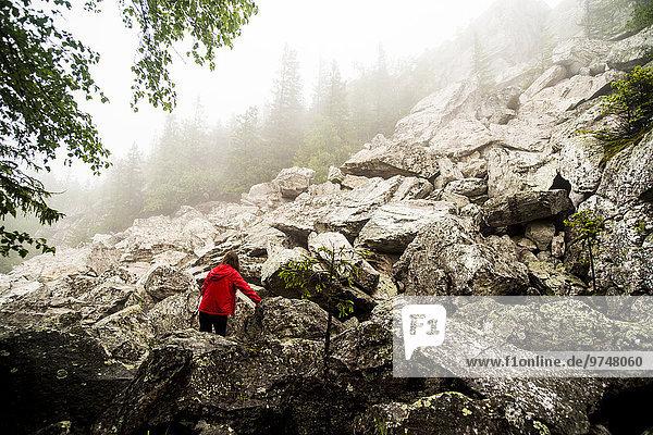 Europäer Felsen Hügel wandern klettern