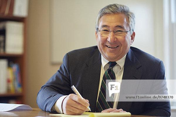 Schreibtisch Geschäftsmann lächeln mischen Büro Mixed