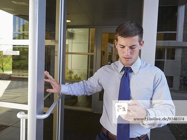 Handy Außenaufnahme benutzen Europäer Geschäftsmann Gebäude Büro
