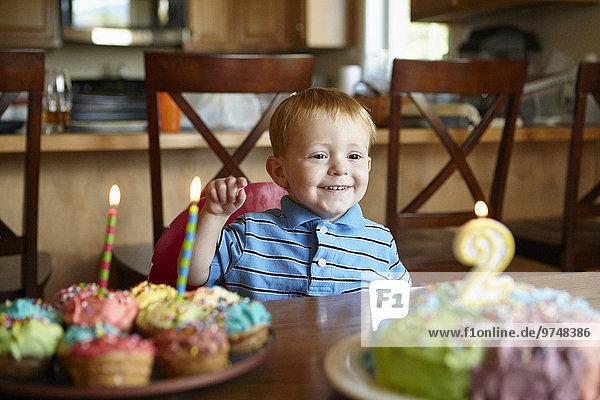 Europäer Junge - Person Bewunderung Geburtstag Kuchen