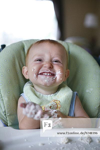 hoch oben Europäer Stuhl Kuchen essen essend isst Baby