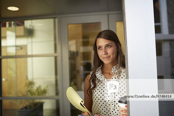 stehend Geschäftsfrau mischen Büro Mixed