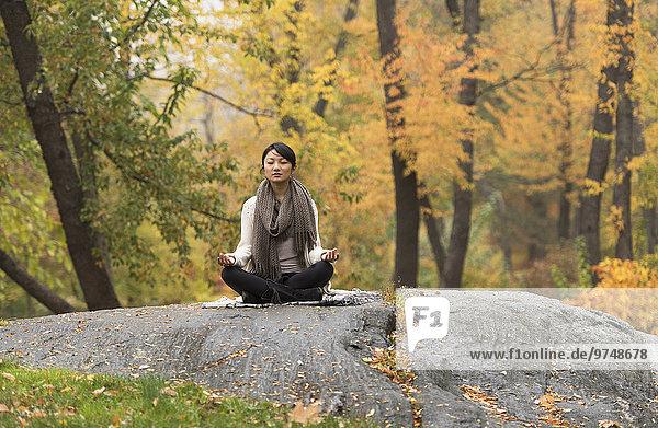 Felsbrocken Frau Meditation