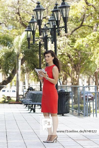 Außenaufnahme benutzen Europäer Geschäftsfrau Tablet PC freie Natur